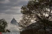 组图:闭幕式前基督山云雾环绕 耶稣像若隐若现