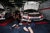高清:CTCC中国房车锦标赛排位赛 技师维修车辆