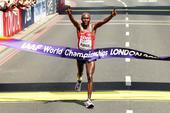 肯尼亚选手世锦赛男子马拉松夺冠 举国旗庆祝