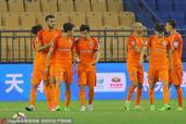 高清图:足协杯泰达0-1鲁能 塔神建功开心庆祝