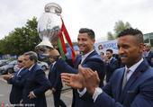 高清图:葡萄牙致谢球迷 C罗捧德劳内杯不撒手