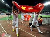 高清:鲁能赛后高举国旗致谢球迷 高层双手合十