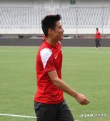 高清:东亚赛前踩场训练主抓射门 武磊面带微笑