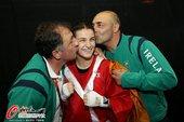 高清图:女拳60kg半决赛 爱尔兰选手获胜被强吻