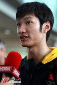 2012年8月7日,2012年伦敦奥运会,中国击剑队领衔部分运动队回国。 更多奥运视频>> 更多奥...