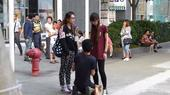 男子被女友连续掌掴14次,不仅没有一点脾气,还跪地苦求。今年10月4日,这段在香港街头拍下的视频在网...