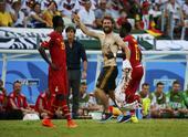 高清图:又来半裸男 加纳男球迷冲球场激动拥抱