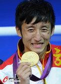 高清图:邹市明微笑亲吻金牌 泰国选手面无表情