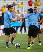 高清图:苏亚雷斯参与赛前训练 轻松与队友打趣
