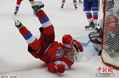 组图:俄总统普京驰骋冰球场 全情投入不惧摔倒
