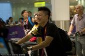 2012年7月24日,英国伦敦,2012伦敦奥运会倒计时第3日,李小鹏携妻儿抵达伦敦随中国代表团抵达...