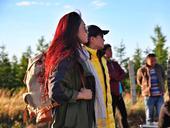 近日,凤凰传奇前往张北草原为专辑《远方的远方还是远方》主打歌拍摄MV。  专辑主打歌《远方的远...