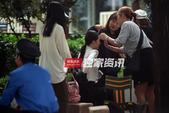 独家:李小璐街头拍新戏 西装展职业女性风采