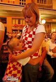 高清图:克罗地亚遭淘汰 国内球迷失望捂脸痛哭