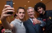高清图:比利时国王与球员合影 帅哥全变自拍控