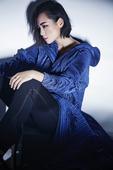 今日,周笔畅公布了一组最新杂志大片,长裙与西装中完美转换,红唇与眼神交替冷峻,帅气中混合优雅女人味。...
