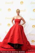 图文:《广告狂人》女星詹纽瑞-琼斯抹胸红裙霸气
