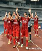 高清:东亚球迷给力上座破万 队员拉手答谢拥趸