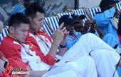 高清图:中国男篮进驻奥运村 易建联专注玩手机