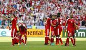 高清图:瑞士众悍将抱头痛哭 球迷扔饮料瓶发泄