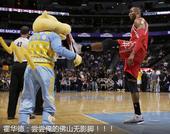 NBA趣味组图:魔兽飞踹吉祥物 美女裁判犯花痴