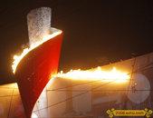 """2008年8月8日晚的北京开幕式上,""""体操王子""""李宁点亮主火炬,鸟巢呈现空前盛况。"""