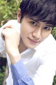 搜狐娱乐讯 杨浩煜于1月15号生日的当天曝光了一组生日大片。写真中,杨浩煜身穿最简单的白色衬衫,手拿...