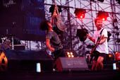 8月28日,2011长阳音乐节上演第3天的劲爆演出,阳光明媚,万亩滨河公园场地下午早早就挤满了观众,...