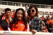 高清:鲁能舜天球迷看台斗法 橙蓝对决美女抢镜