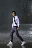 搜狐娱乐讯 睽违三年,即将在10/31发行最新专辑《解放浪漫》的柯有伦,新专辑从音乐概念、曲风、造型...