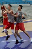 中国男篮蓝队训练备战 杜锋亲自指点胡金秋(图)