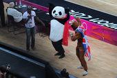 独家图:男篮啦啦队特色十足 技巧繁多熊猫卖萌