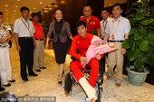 高清图:刘翔手术结束返沪 机场轮椅现身精神好