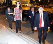 搜狐娱乐讯 希腊雅典当地时间2014年10月16日,阿迈勒-克鲁尼(Amal Clooney)着印花...