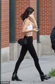 高清图:卡戴珊小妹詹娜逛街抢镜 秀逆天大长腿