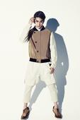 搜狐韩娱讯 韩国演员金��登上国内某知名时尚杂志的封面模特,造型硬朗,帅气迷人的外貌尽展夏季酷男魅力。...