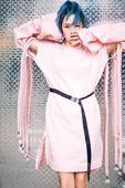 """近日刚刚忙完""""不服来犟""""广州演唱会的何洁,忙里偷闲拍摄了一组时尚大片。           ..."""