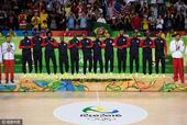 高清图:男篮颁奖仪式 美国众将展示金牌乐开花