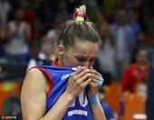 组图:女排决赛塞尔维亚摘银 队员落泪神情落寞