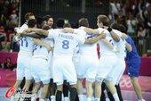 高清图:男子手球法国险胜夺冠 队员抱一起欢庆
