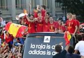 高清:西班牙队举行冠军游行 上万球迷夹道欢迎
