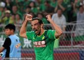 高清图:国安3-0完胜泰达 德扬爆射破门怒吼庆祝