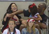 高清:科比携妻女观看游泳 瓦妮莎兴奋手舞足蹈