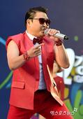 高清图:鸟叔韩国热舞献唱 一袭红衣助阵世界杯