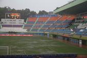 广州暴雨越秀山积水严重 球迷冒雨助威富力(图)