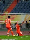 高清:塔尔德利跪地庆祝中超首球 鲁能众将祝贺