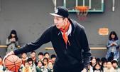 组图:周琦现身校园变教练 胸前红领巾相当鲜艳