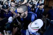 高清图:蓝衣军团回国球迷接机 小球迷拥抱偶像