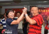 高清图:赵芸蕾父母家中观战 激动不已击掌相庆