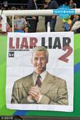 高清图:观众挂创意海报讽刺罗切特 斥其大骗子